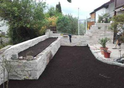 Terrasse und Garteneinfassung mit Natursteinelementen