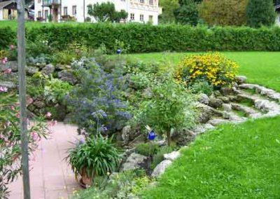 Naturstein mit Bepflanzung